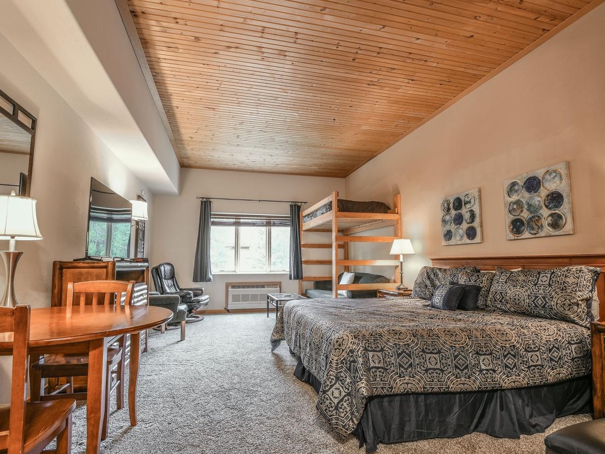 Gateway Lodge 5002