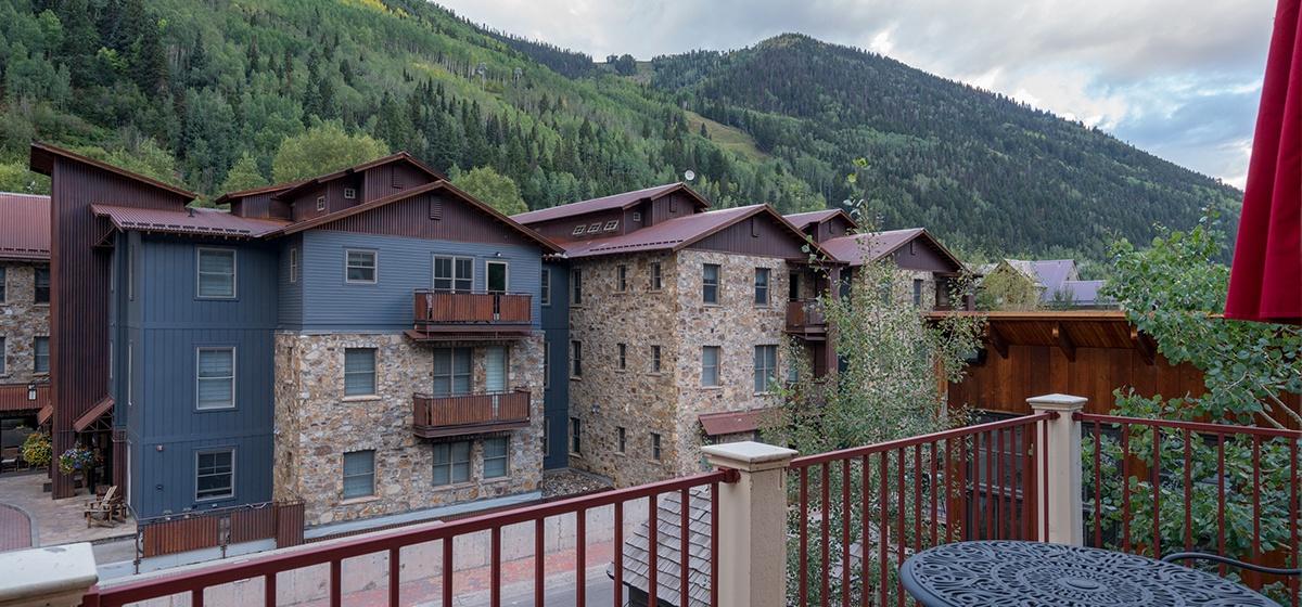 11-Telluride-Columbine-House-Master-Bedroom-1-Balcony-v12.jpg