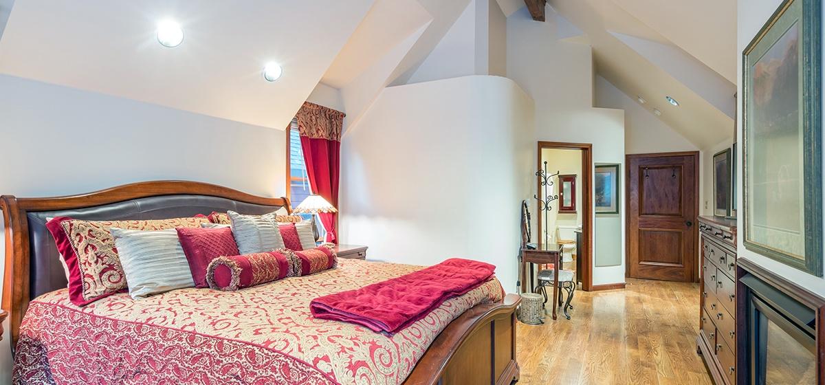 13-Telluride-Columbine-House-Master-Bedroom-2-Reverse-v12.jpg
