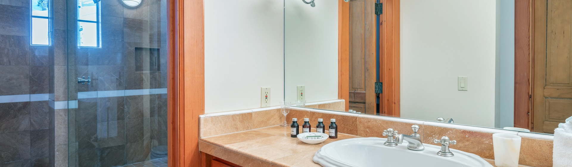31-MountainVillage-Positive-Outlook-Queen-Master-Bathroom-Web.jpg