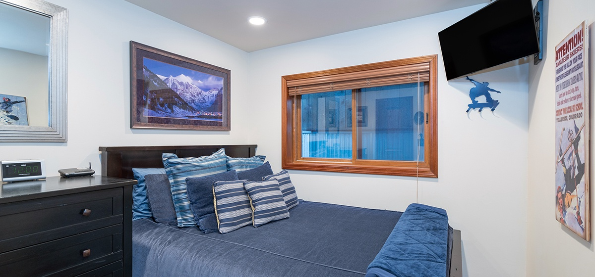 22-Telluride-Columbine-House-Guest-Bedroom-2-v12.jpg