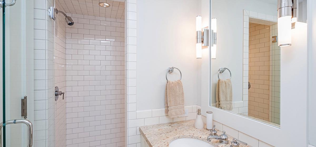 24-Telluride-SpruceHouse-GuestBathroom-V12.jpg