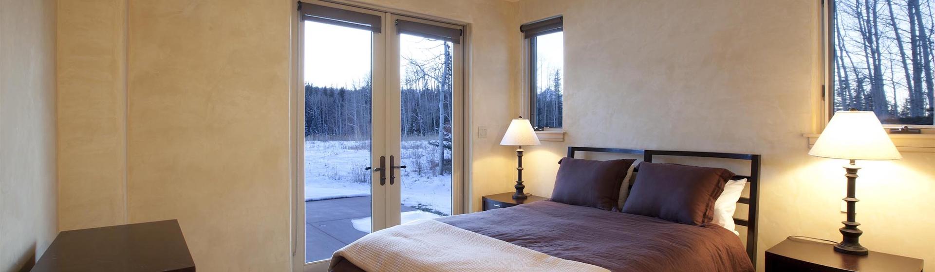 8.07-mountain-village-hood-park-manor-guest-house-bedroom-track.jpg