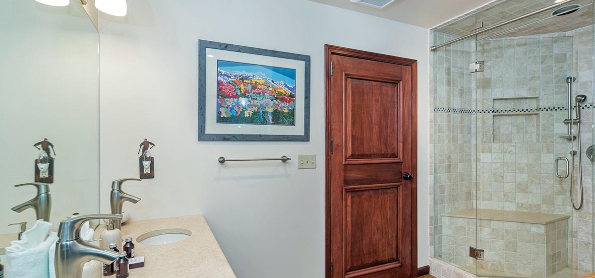 10-Telluride-Columbine-House-Master-Bathroom-1-v12.jpg