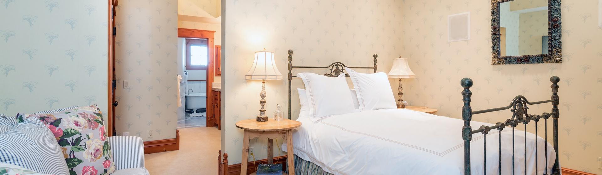 33-MountainVillage-Positive-Outlook-Queen-Guest-Bedroom-Web.jpg