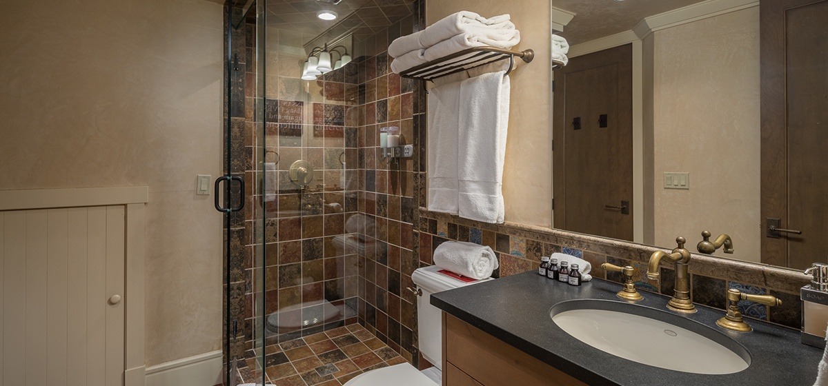 33-Telluride-River-Bliss-Lower-Level-Queen-Guest-Bathroom-v12.jpg