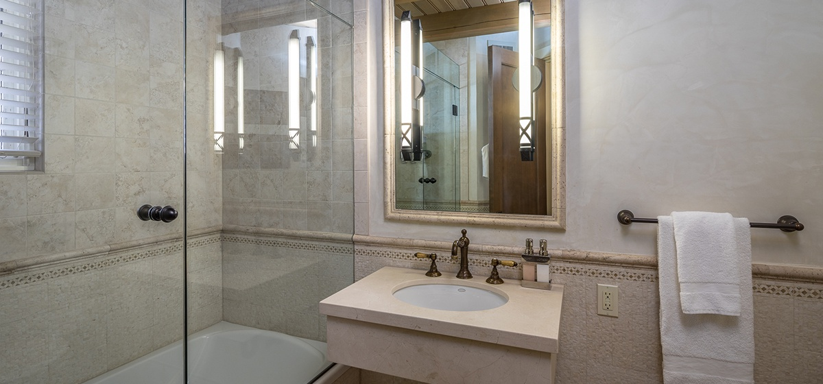 24-Telluride-River-Bliss-Main-Level-Queen-Guest-Bathroom-v12.jpg