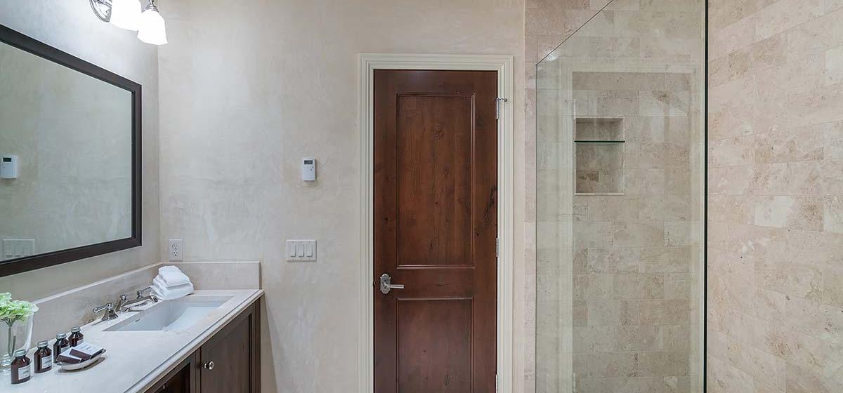 30-Telluride-HavenOnSouthOak-HallwayBathroom-V12.jpg