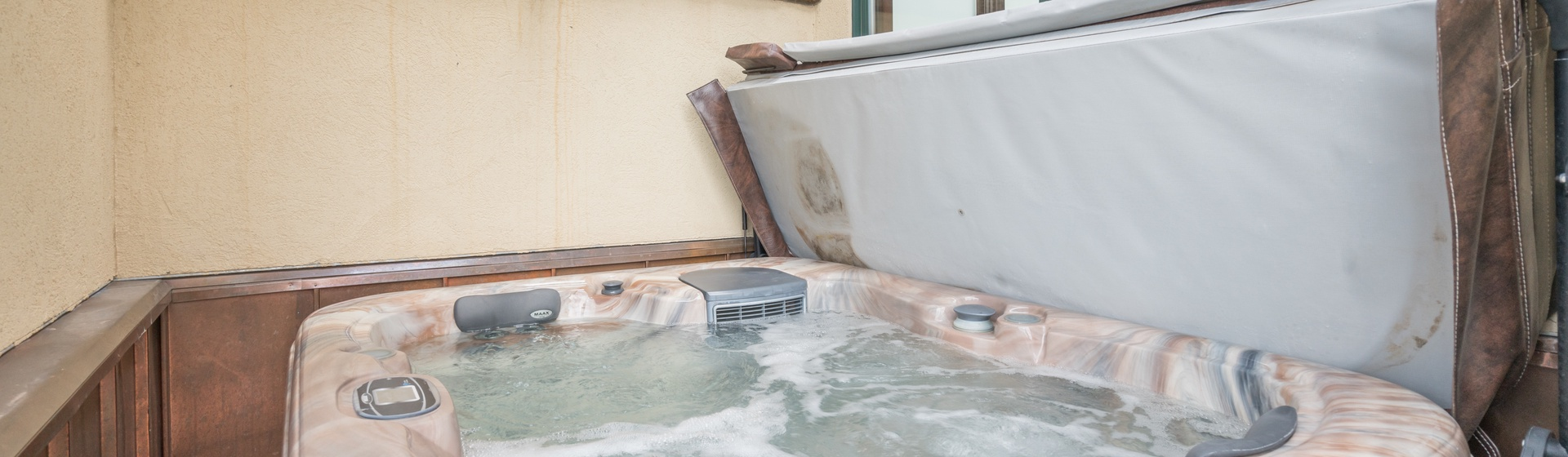 4.04-mountain-village-telemark-tower-hot-tub-web.jpg