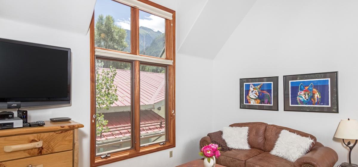 9-Telluride-PacificStreetTownhouse-MasterBedroom1sittingLR-V12.JPG