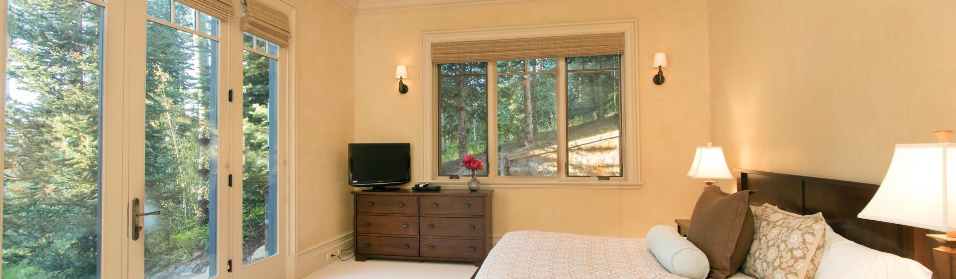 5.13-mountain-village-hood-park-manor-guest-bedroom-d-track.JPG