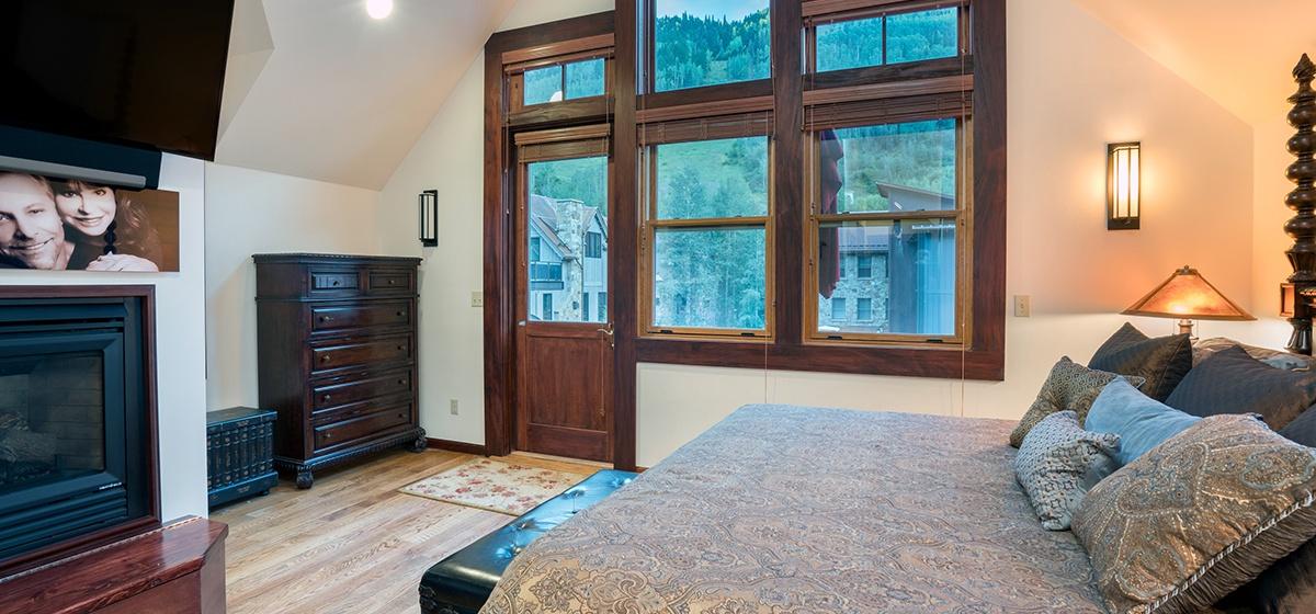 9-Telluride-Columbine-House-Master-Bedroom-1-v12.jpg
