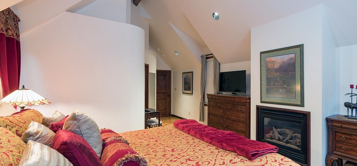 14-Telluride-Columbine-House-Master-Bedroom-2-Fireplace-v12.jpg
