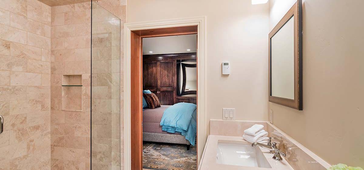 37-Telluride-HavenOnSouthOak-GuestBathroom-V12.jpg
