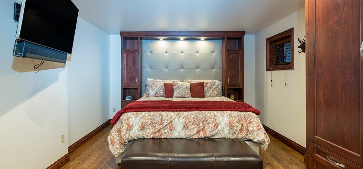 23-Telluride-Columbine-House-Downstairs-Master-Bedroom-v12.jpg