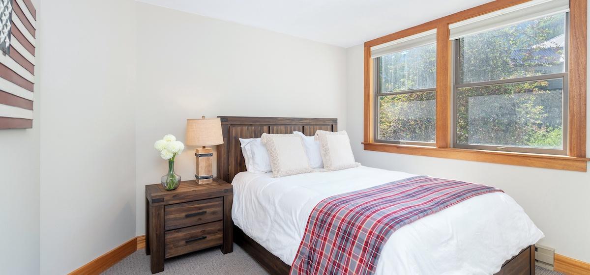 3.03-telluride-plunge-queen-bedroom-B-v12.jpg