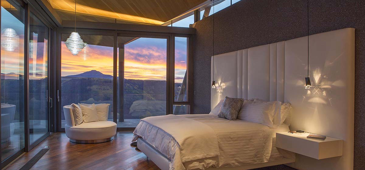 42-RemoteTelluride-SunsetRidge-Masterbedroom.jpg