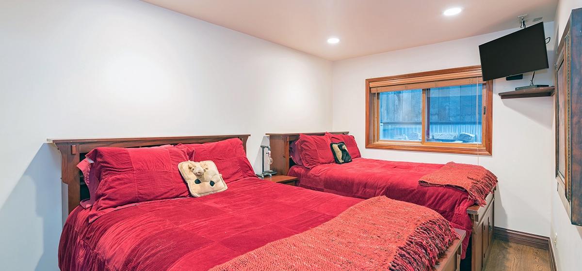 20-Telluride-Columbine-House-Guest-Bedroom-1-v12.jpg