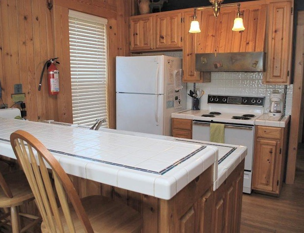 Kitchen w/breakfast bar