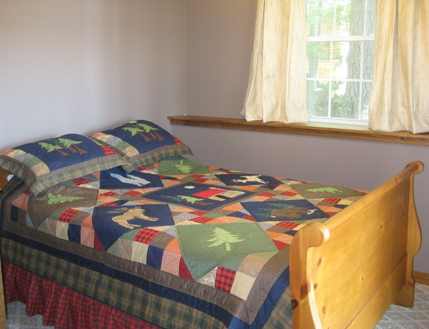 Bedroom with queen bed lower level.JPG