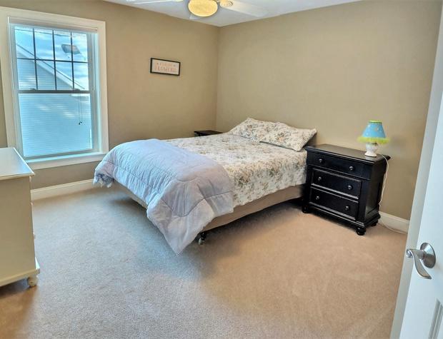 Bedroom 3 queen bed.jpg