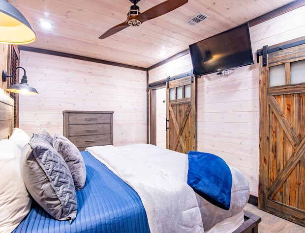 King Master Bedroom with ensuite bathroom located on the 1st floor of Barn on the Creek