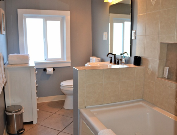 Upstairs Bathroom w/Jetted Tub