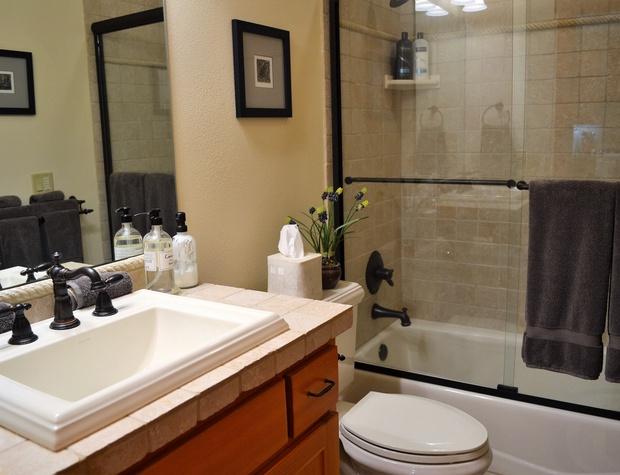 Hallway Bath with Tub/Shower Combo