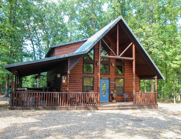 Old Glory Cabin Located Minutes away From Beavers Bend State Park and Broken Bow Lake.