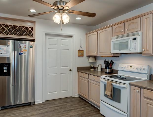 32 Kitchen.jpg