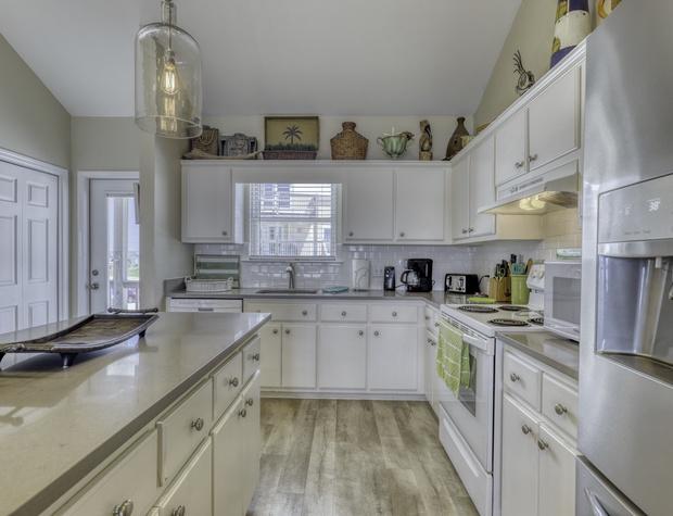 033 Kitchen.jpeg