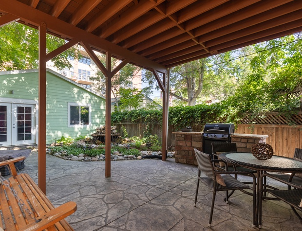 Back Patio with Dining Space (MUST see house rules for grill details)