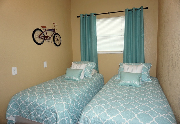 Two twin beds in 3rd bedroom of Loma Vista