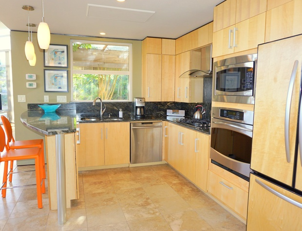 Oven, gas range, microwave, dishwasher - this kitchen has it all!