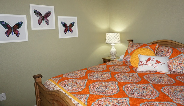 Queen bed in second bedroom of Loma Vista