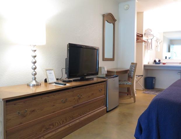 Room 4 TV and Fridge.JPG