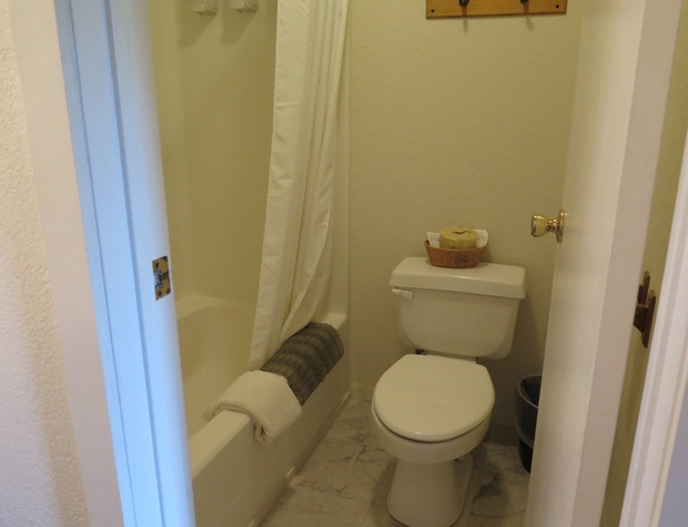 Room 9 Bathroom.JPG