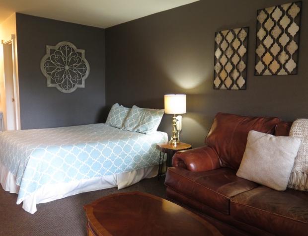 Room 9  Queen Bed and Loveseat.JPG