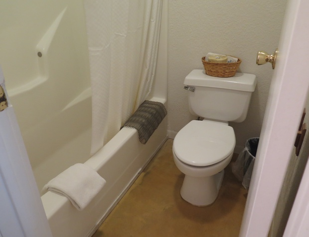 Room 4 Bathroom.JPG