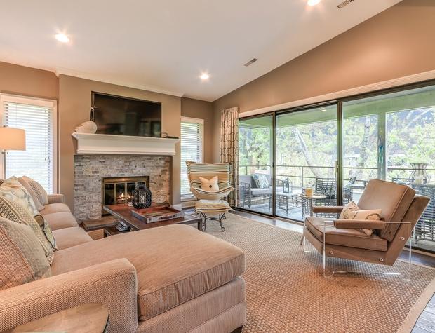Living Room Pic 2.jpg