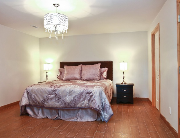 18_W5619WestshoreDrive_18003_Bedroom_HiRes.jpg