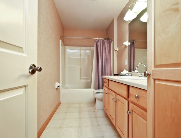 20_W5619WestshoreDrive_8_Bathroom_HiRes.jpg