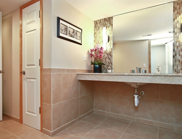 21_W5619WestshoreDrive_323_Bathroom_HiRes.jpg