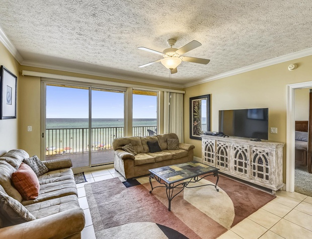 Main Level-Living Room-KLH6240.JPG