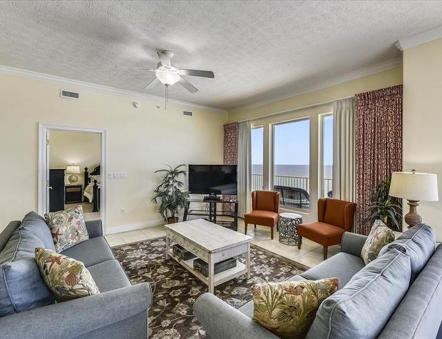 Main Level-Living Room-KLH8971.JPG