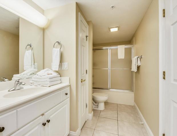 Main Level-Bath 1-KLH6295.JPG