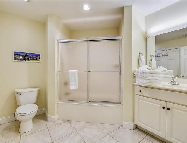 Main Level-Bath-KLH8896.JPG