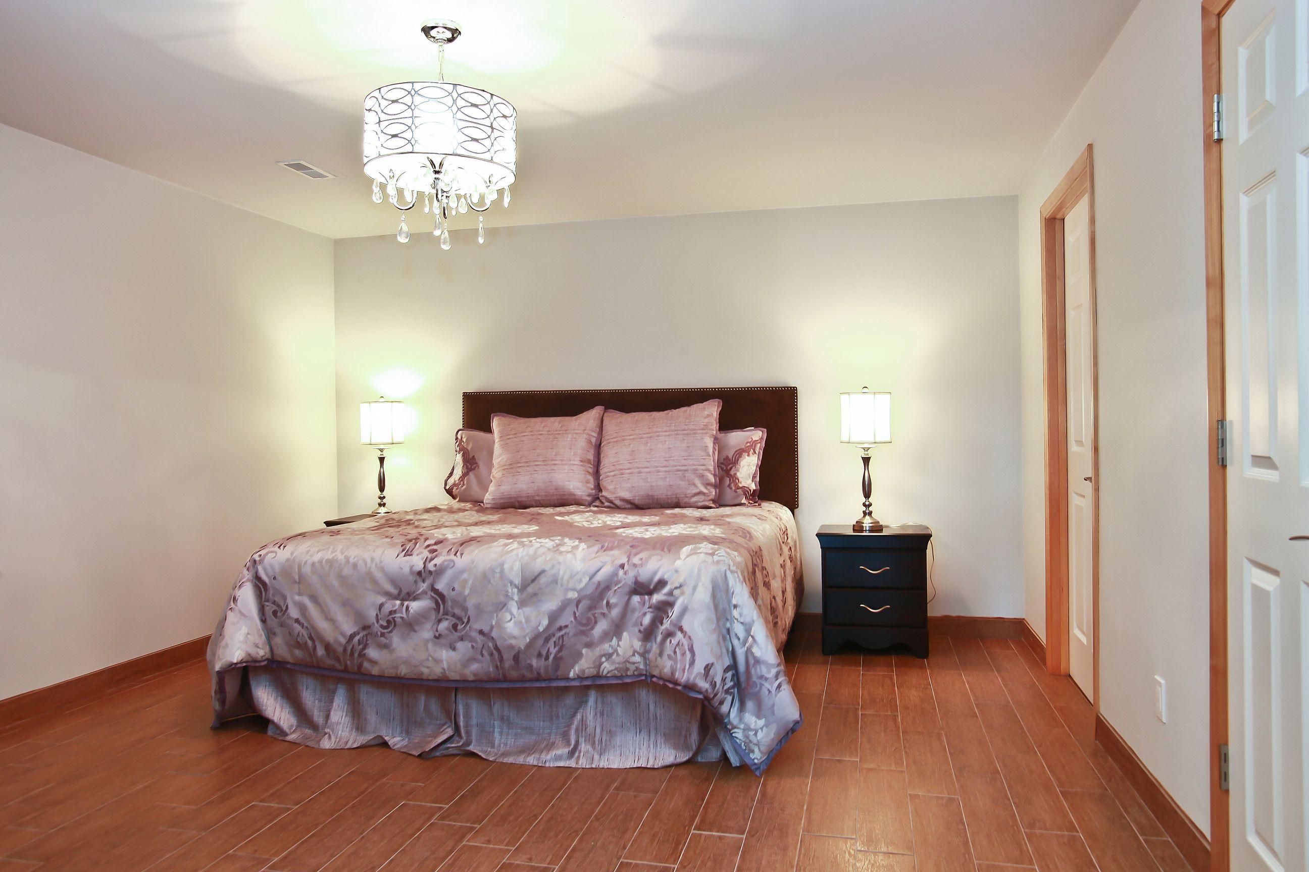 18_W5619WestshoreDrive_18003_Bedroom_HiRes.jpg