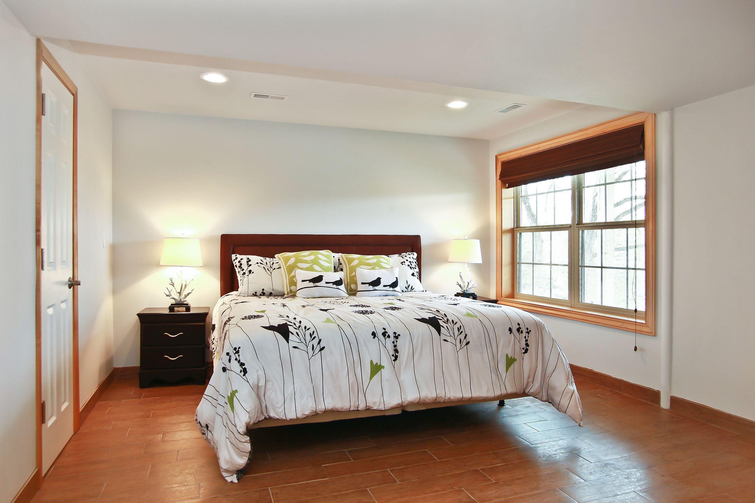 19_W5619WestshoreDrive_18004_Bedroom_HiRes.jpg