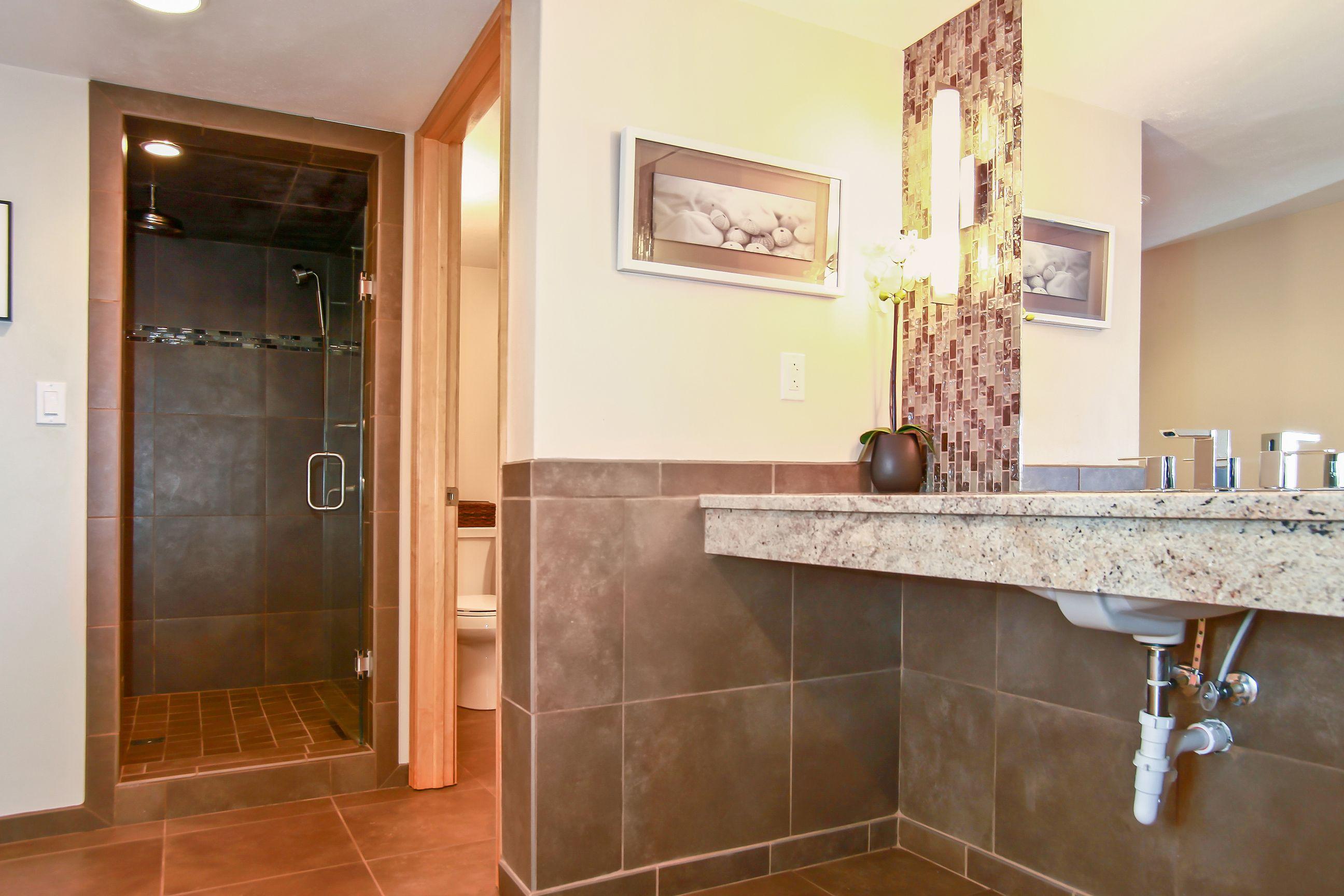 22_W5619WestshoreDrive_8001_Bathroom_HiRes.jpg